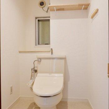 空間にゆとりを感じるお手洗い。シェルフやペーパースタンド等細かなデザインにこだわっています。