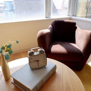 椅子に座って、午後の読書。