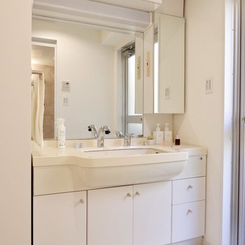 ワイドな洗面台。鏡が大きく、収納も沢山で使い勝手が良さそうです。