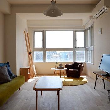 L字の窓で明るい空間です。ソファとテレビの間はいい感じの距離感ですよ。