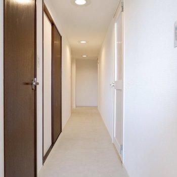 長い廊下。こちらを起点に各お部屋につながっていますよ。