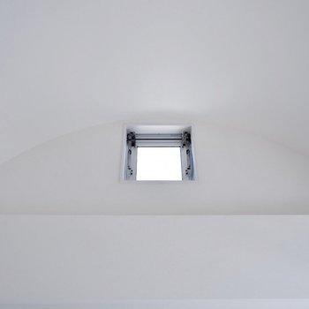 緩やかなアーチを描く天井。ちらっと覗く小窓が、ちょっぴりかわいい印象。