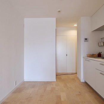 壁際に冷蔵庫や食器棚がおけますよ。