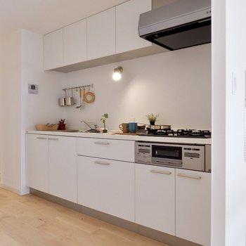 横幅のゆったりとしたキッチン。柔らかなダウンライトの灯りが素敵ですね。