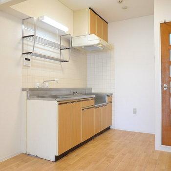 キッチンは床に合わせた木目のパネル。乾燥棚がついています。