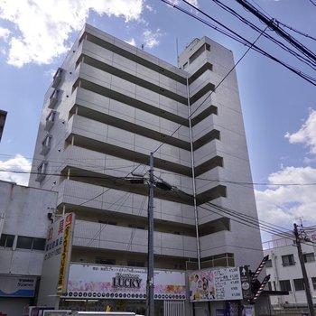 駅から歩いて約10分の鉄筋コンクリート造マンション。上飯田駅からも徒歩約2分と近いです。