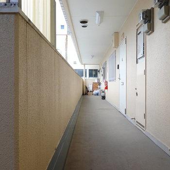 エレベーターを降りると目の前が玄関前の共用部です。