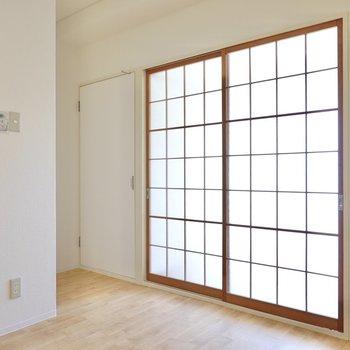 お次は個室を見ていきましょう。まずはガラス戸の向こうの洋室から。