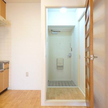 廊下側にもうひとつ洋室が。キッチン横のドアを開けて右へ。