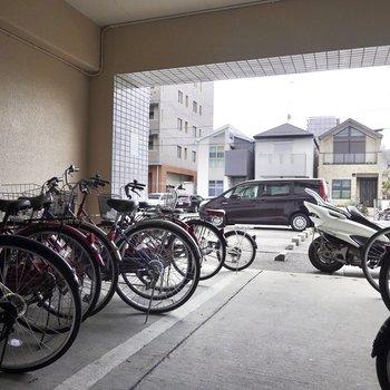 たくさんの自転車が置いてありました。その奥には駐車場もあります。