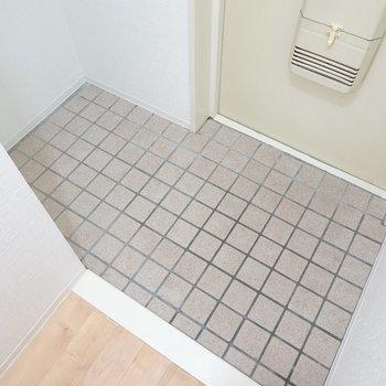 玄関には靴箱がありません。自費にはなりますがタタキの奥のスペースに設置できます。