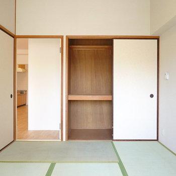 たっぷり入る押入れ付き。子どもの寝室に。左のドアからはDKへ。