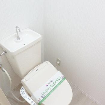 右手には嬉しいウォシュレット付きの清潔なトイレ。