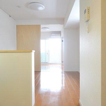 お部屋に入るとまずはLDK。奥の洋室から見ていきましょう。