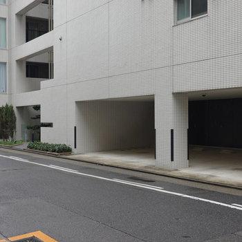 エントランスは左奥。駐車場もありました。