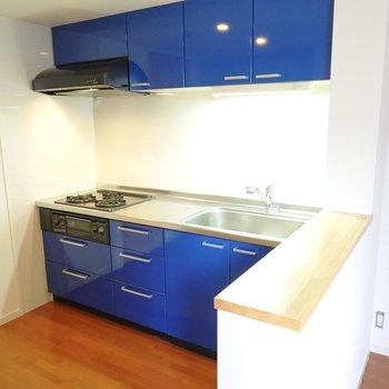 カウンターの向こうにはコバルトブルーのキッチン!