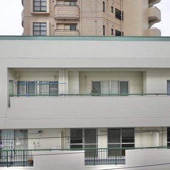 LDKの窓からはお隣さんが。