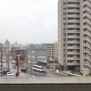5階からの眺めは抜け良し。晴れたらきっと素晴らしいだろうなぁ。