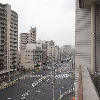 左右に視線を振ると大通りが奥まで見えます。