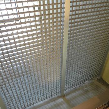 洋室の窓の外はメッシュ状の壁で、安全性を確保しつつ共用部からも採光できる仕様に。