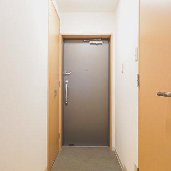玄関は廊下の奥に。左手には靴箱が備え付き。