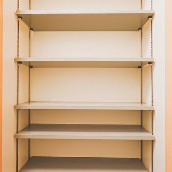 中はガチャ棚と呼ばれる高さが変えられる棚。サイズの大きな靴も難なく入れられそう。