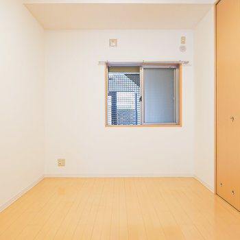 リビング隣には約6帖の洋室。大きめのベッドを置いて寝室にしたい。