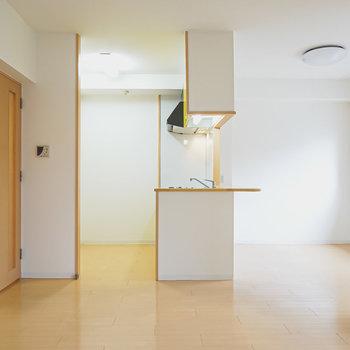 反対側には対面式キッチンでゆるりと仕切られたスペースも。