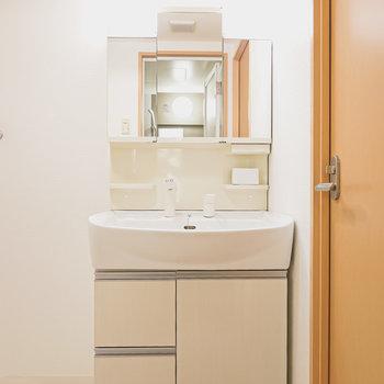 大きな鏡の洗面台で毎朝の身支度を。