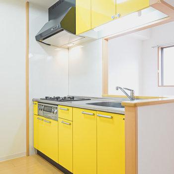 元気が出そうなほどの黄色のキッチン。