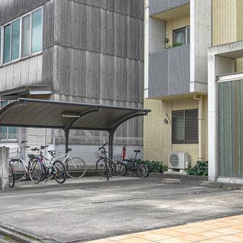 エントランスの左手には屋根付きの駐輪場。