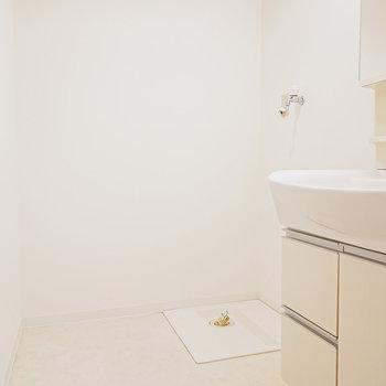 脱衣所はスペース広め。奥には洗濯機置き場。