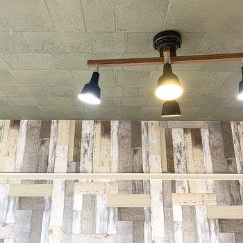 男前なライトが素敵◎ミリタリーなパッチワーク風な天井もご注目です。