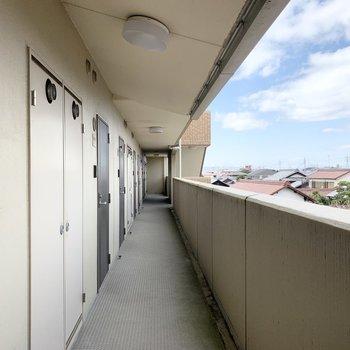 共用廊下からの瓦屋根が立ち並ぶ景色も良い雰囲気◎