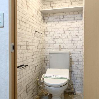 おトイレもユーティリティとお揃いの内装で。ペーパーホルダーとタオルバーが素敵だな〜◎