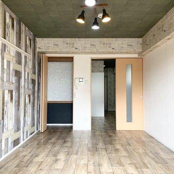 窓の対面にはクローゼットと廊下へのドア。