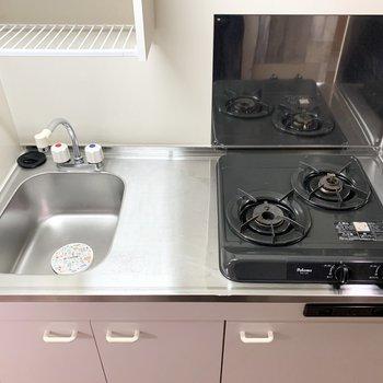 キッチンはコンパクトなタイプですが、自炊派に嬉しい2口ガスコンロ。