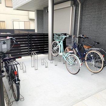 自転車置場はエントランス脇に。