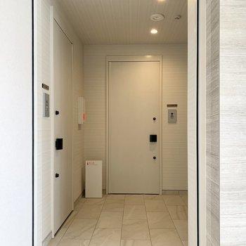 共用廊下は落ち着いたトーンの白の空間。