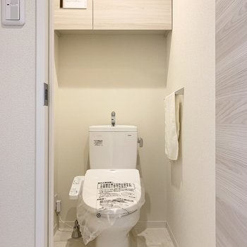 おトイレは玄関脇に。こちらも収納付。