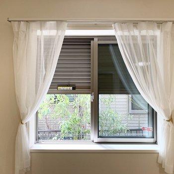実はどちらの窓にもシャッター付なんですが……