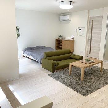 広々16.7帖でダブルベッドとソファを置いても余裕の広さ。