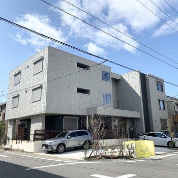 新築の3階建て鉄骨マンションです。