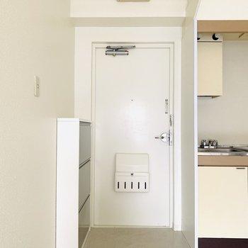 玄関スペースはカーテンで仕切ることもできます。(※お部屋は通電前です。)