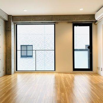 大きな窓がお部屋を開放的にしてくれます。