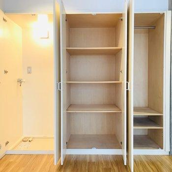 収納は2タイプあって便利そう。一番左には洗濯機置き。(※別部屋反転のものです。)
