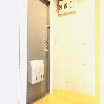 玄関スペース。扉を開けるといきなりお部屋です。(※別部屋反転のものです。)