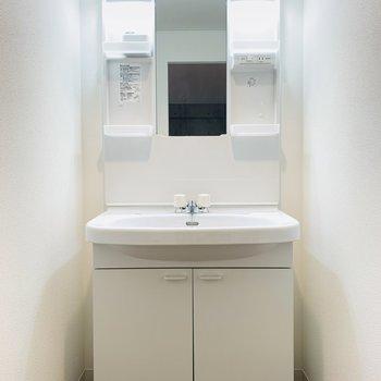 洗面所は水回り入って正面に。(※別部屋反転のものです。)
