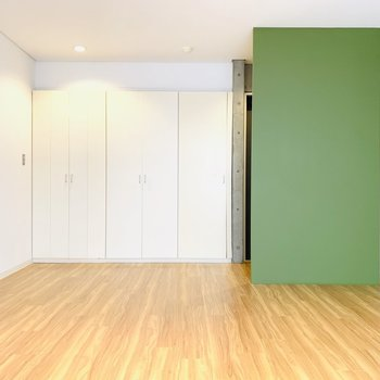 開放感のあるお部屋。大きめのベッドをドカンと置きたいな。(※別部屋反転のものです。)