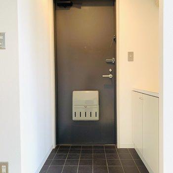 シンプルでシックな玄関。